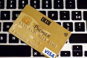 E COMMERCE - SITE - INTERNET - ACHATS EN LIGNE - CADEAUX DE NOEL - PRODUITS - ORDINATEUR PORTABLE - PAIEMENT EN LIGNE - CARTE BLEUE - CB - VISA - BANQUE CIC - CLAVIER - TOUCHE. Nancy 9 décembre 2015. Illustration sur les achats en ligne avec une carte bleue Visa pour un paiement en ligne sécurisé.  PHOTO Alexandre MARCHI.