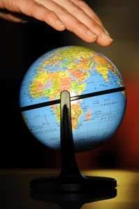 PLANETE - TERRE - GLOBE TERRESTRE - MONDE - CLIMAT - RECHAUFFEMENT - HOMME -. Nancy 25 novembre 2009. Une main au-dessus d'un globe terrestre. PHOTO Alexandre MARCHI.