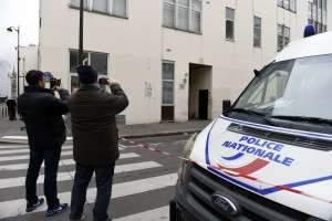 SECURITE - TERRORISME - ATTENTAT - CHARLIE HEBDO - HOMMAGE - PRESSE - DESSINS. Paris 12 janvier 2015. Au lendemain des marches républicaines ayant regroupées plus de 3,7 millions de personnes dans toute la France, des anonymes, des touristes, des policiers et des journalistes se rendent près des locaux de Charlie Hebdo, où 12 personnes ont perdu après une attaque terroriste, au 10 rue Nicolas Appert à Paris pour témoigner et se recueillir. PHOTO Alexandre MARCHI.