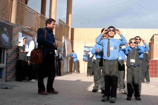 Le professeur Yunos Bakhshi, à gauche, pendant une leçon d'astronomie dans collège de Kaboul en 2009