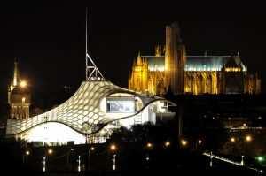 CENTRE POMPIDOU METZ - CULTURE - ART - EXPOSITIONS - PREPARATIF - OUVERTURE - NUIT - AMBIANCE NOCTURNE. Metz 30 avril 2010. Le Centre Pompidou-Metz et la cathédrale de Metz la nuit.