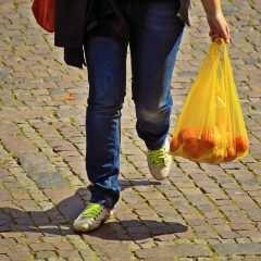 La fin des sacs plastiques en caisse… et de l'illusion du biodégradable