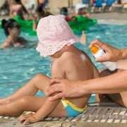 Test sur les crèmes solaires pour enfant: l'UFC porte plainte!