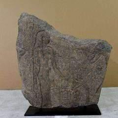 Un relief de granit restitué à l'Égypte par la Suisse
