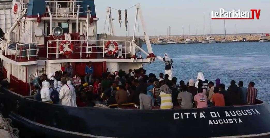 La-marine-italienne-achemine-les-réfugiés-vers-Minéo-en-Sicile