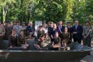 Installation d'une nouvelle borne, à Corny-sur-Moselle, dédiée à Jack Korby. en présence de nombreuses personnalités civiles et militaires (DR)