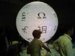 Globe en puzzle géant réalisé pour les 10 ans de Wikipedia à Londres le 13 janvier 2011. Roger/Flickr, CC BY-SA