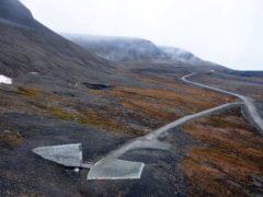 En bas à gauche, l'entrée de la Réserve mondiale de semences située dans l'archipel norvégien du Svalbard. Landbruks-og matdepartementet, CC BY-ND