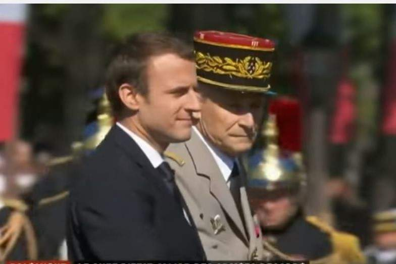 Le général Pierre de Villiers pose son képi