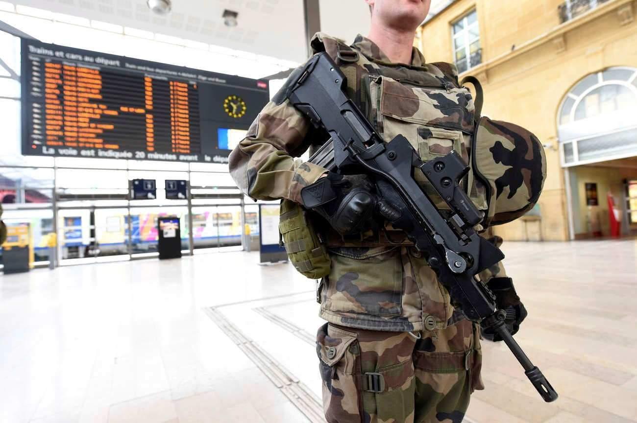 Metz : un homme tente de prendre l'arme d'un militaire
