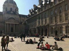Étudiants dans la cour de la Sorbonne. Frédéric Dardel, Author provided