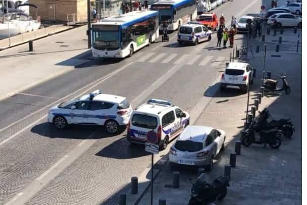 Marseille: Un déséquilibré fonce sur deux abribus