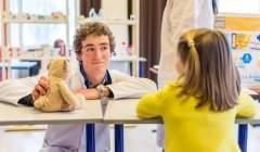 Un étudiant en médecine explique les soins à une enfant, dans le cadre de l'opération Hôpital des nounours à Caen. Des études à risque de souffrance psychique. Gaëtan Zarforoushan/Flickr, CC BY-SA