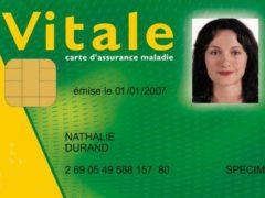 En France, la Carte Vitale (ici un specimen) garantit l'accès de chaque citoyen aux soins en cas de maladie grave. Wikipedia, CC BY-SA