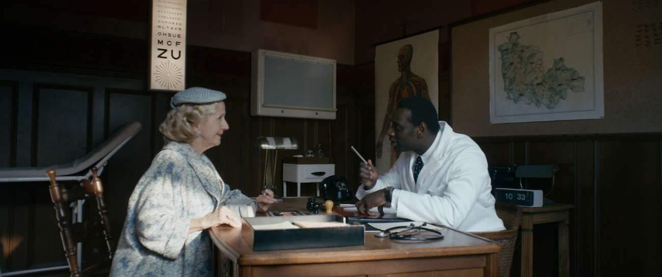 Aux villageois, le nouveau médecin dit ce qu'ils ont besoin d'entendre.