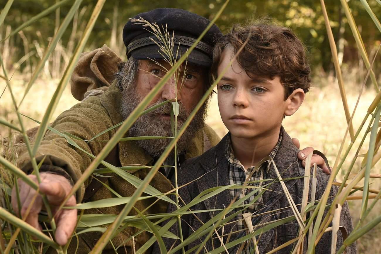Paul le petit orphelin (joué par le jeune Jean Scandel) va découvrir la vie à la campagne avec Totoche le braconnier (François Cluzet).