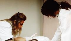 Extrait d'une vidéo tournée dans la chambre mortuaire d'un hôpital parisien à des fins de recherche. La tutrice (à droite) observe le geste de l'agent en formation. Long Pham Quang/CNAM, Author provided
