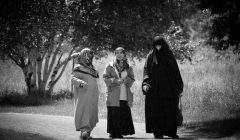 Trois femmes dans un parc de Montréal. Avec la loi n°62 les Québécoises devront désormais circuler à visage découvert dans les espaces publics. Emmanuel Huybrechts/Flickr, CC BY-ND