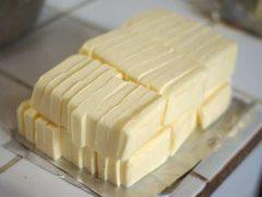 Plaquettes de beurre découpées pour la fabrication de brioche. Frédéric BISSON / Flickr, CC BY