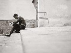 Jeune homme concentré sur son téléphone. Ulisse Albiati/Flickr, CC BY-SA