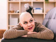 Une jeune femme en traitement pour un cancer du sein, chez elle. Fototip/Shutterstock