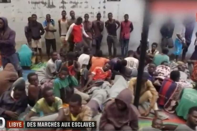 En Libye, les esclaves sont entassés comme du bétail (capture J.T. France2)