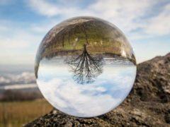 Les voyants et autres sorciers lisent l'avenir dans une boule de cristal. (Pixabay)