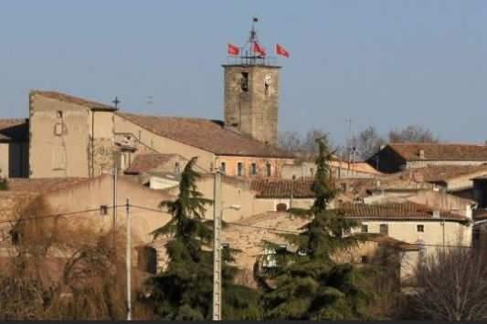 Adissan, dans l'Hérault, et son église gothique Saint-Adrien (Photo site de la mairie)