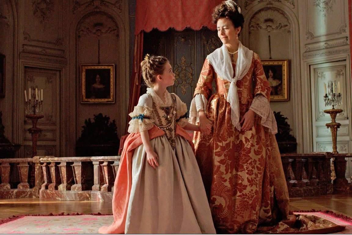 La toute petite Infante (Juliane Lepoureau) aux bons soins de la bienveillante madame de Ventadour (Catherine Mouchet).