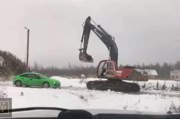 Face à face voiture contre pelleteuse. Qui gagne?
