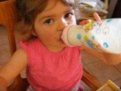 Attention : du lait retiré de la ventre (capture Youtube)