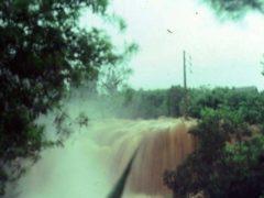 Crue de la ravine Blanche au Tampon pendant le cyclone Hyacinthe à La Réunion, en 1980. Jean-Claude Hanon/Wikipédia, CC BY-SA