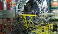 Le LHC du CERN illustre bien la nécessité d'appareil de plus en plus grands pour sonder l'infiniment petit. Shellac/Flickr, CC BY-SA