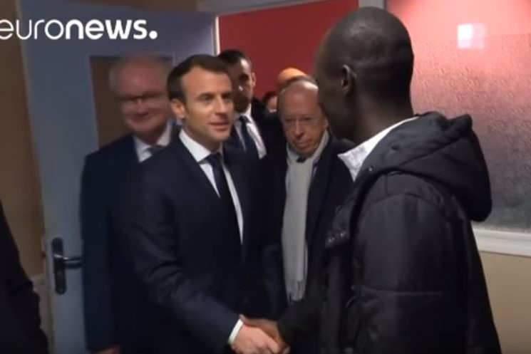 Le président Macron lors d'une visite dans un centre d'accueil de migrants, à Croisilles, le 16 janvier 2017 (Euronews)