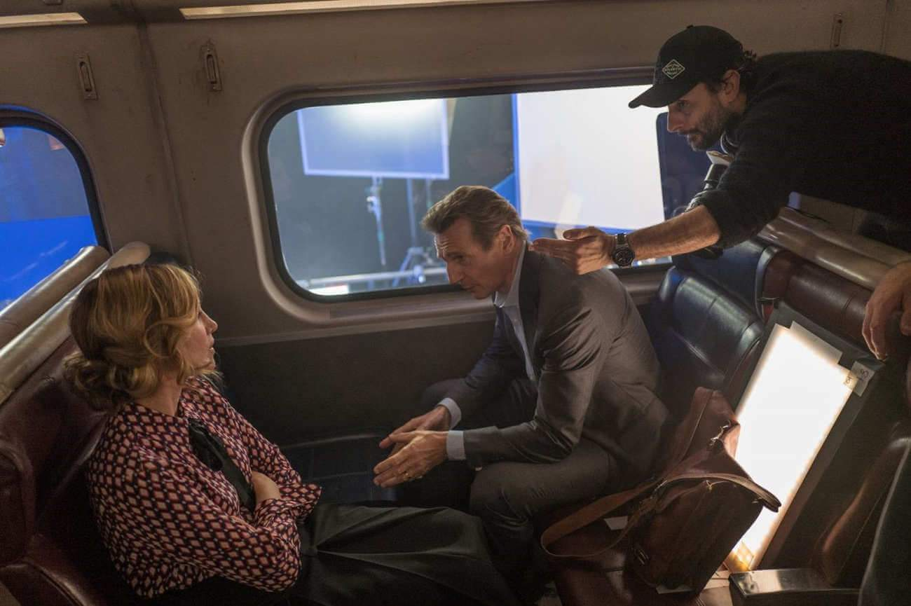 """Vera Farmiga, Liam Neeson, et le réalisateur Jaume Collet-Serra, sur le tournage de """"The Passenger"""" aux Pinewood Studios à Londres"""