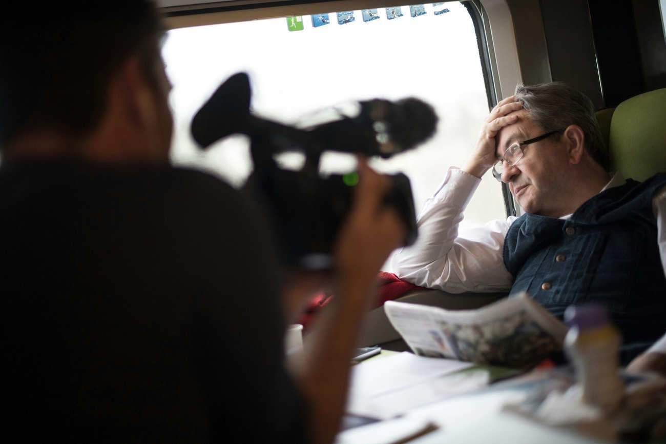 """""""Ce qui m'intéressait, c'était vraiment de le coller"""", dit Gilles Perret, qui a suivi Mélenchon en meetings, dans les trains, les réunions..."""