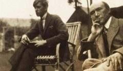 Marc Allegret et André Gide en 1920, photo prise par Lady Ottoline Morrell (1873-1938). Wikimedia Commons