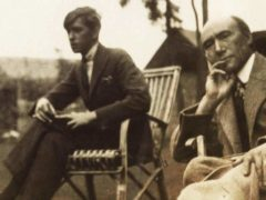 Marc Allegret et André Gide en 1920, photo prise par Lady Ottoline Morrell (1873-1938). Wikimedia Commons