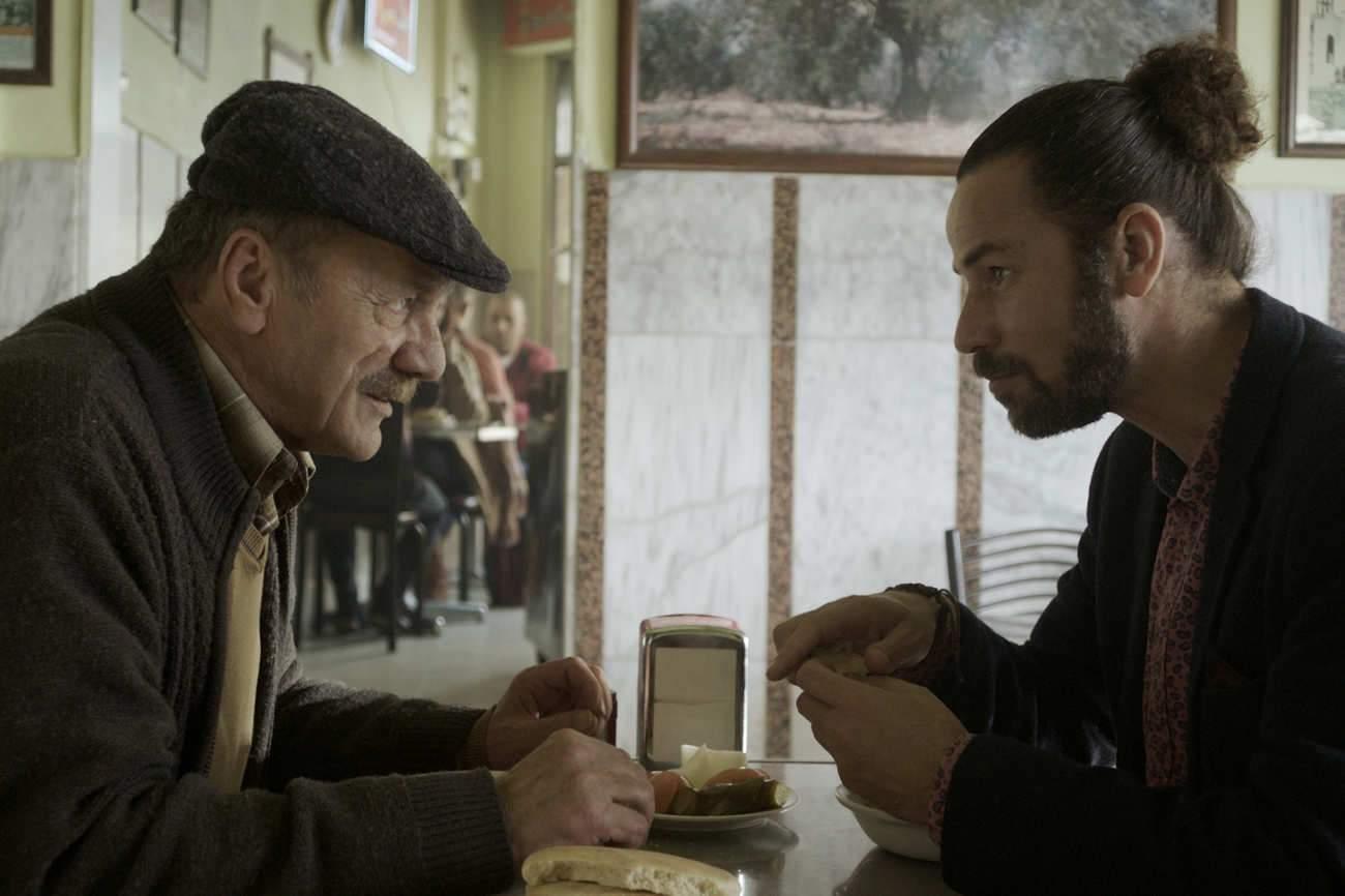 Père et fils sont interprétés par les acteurs Mohammad et Saleh Bakri, qui sont réellement père et fils.
