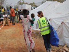 Un membre du personnel d'Oxfam aide une famille à transporter des vivres à Juba, au Soudan du Sud. Le scandale qui affecte aujourd'hui l'ONG doit-il remettre en question l'ensemble de son travail? Oxfam East Africa/Wikimedia, CC BY-ND