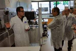 A L'INRS de Vandoeuvre, Laurent Berger, le patron de la CFDT se fait expliquer le travail des chercheurs