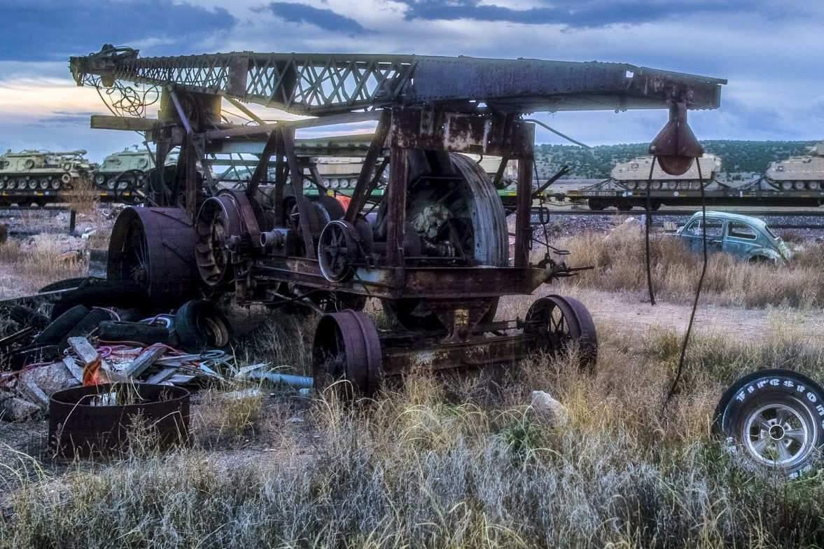 L'image hallucinante de la fin du film : un train qui passe en plein désert et transporte des chars.