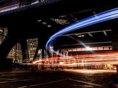 La lumière trace les routes de l'information. Alejandro Benėt/Unsplash, CC BY-SA