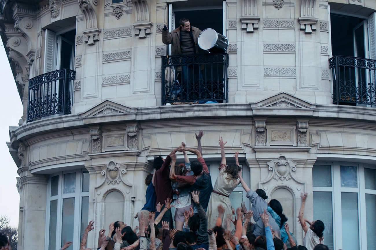 Dans Paris envahi par des zombies, un survivant s'est réfugié, seul, dans un appartement.