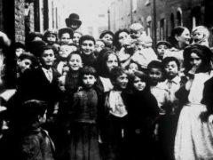 Londres, Whitechapel, 1902. Une photo de Jack London, qui vécut dans les quartiers pauvres pour les besoins de son reportage. Huntington Library, California