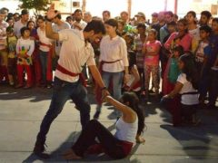 Scène de violence domestique jouée au théâtre en pleine rue, à Chandigarh, en Inde, 2016. Biswarup Ganguly/Wikimedia, CC BY-NC