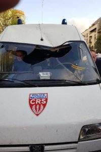 Un fourgon de la CRS 52 attaqué (photo UNSA Police)
