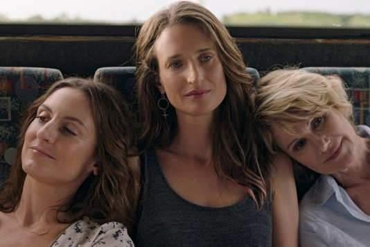 """Camille Cottin (au centre) joue la fille """"cool"""" entre sa soeur coincée (incarnée par Camille Chamoux) et sa mère """"larguée"""" (interprétée par Miou-Miou)."""