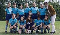 """L'équipe des filles de """"Comme des garçons"""" avec leur coach, joué par Max Boublil."""