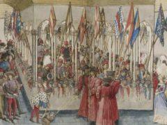 La revue des heaumes dans le cloître, dans le « Livre des tournois », 1462-1465. Alignés sur le déambulatoire du jardin, les heaumes armoriés des chevaliers concurrents au tournoi sont disposés pour que les dames choisissent chacune leur champion. Attribué à Barthélémy d'Eyck/Gallica